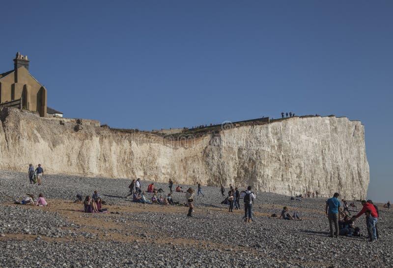 Eastbourne, Anglia, East Sussex UK - turyści i falezy fotografia royalty free