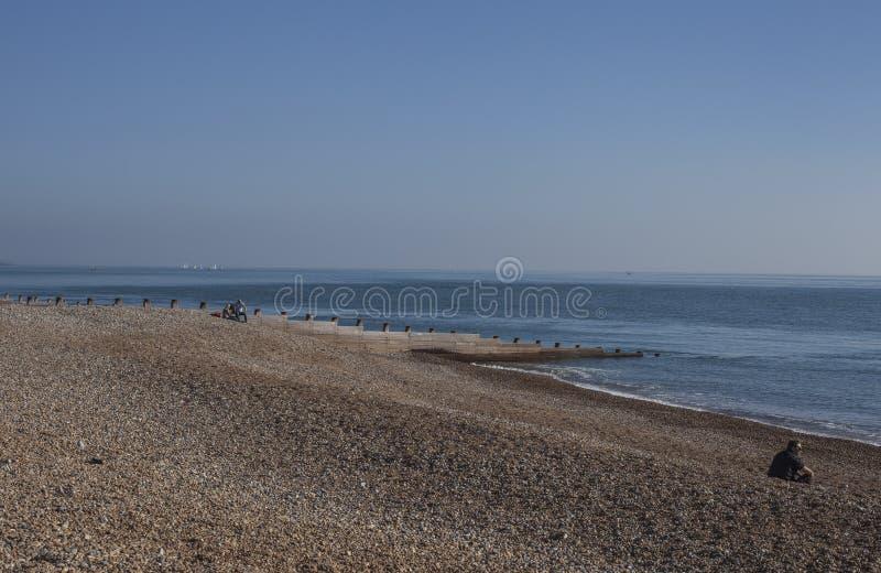 Eastbourne, East Sussex, Anglia - otoczaki na niebieskich niebach i plaży obraz stock