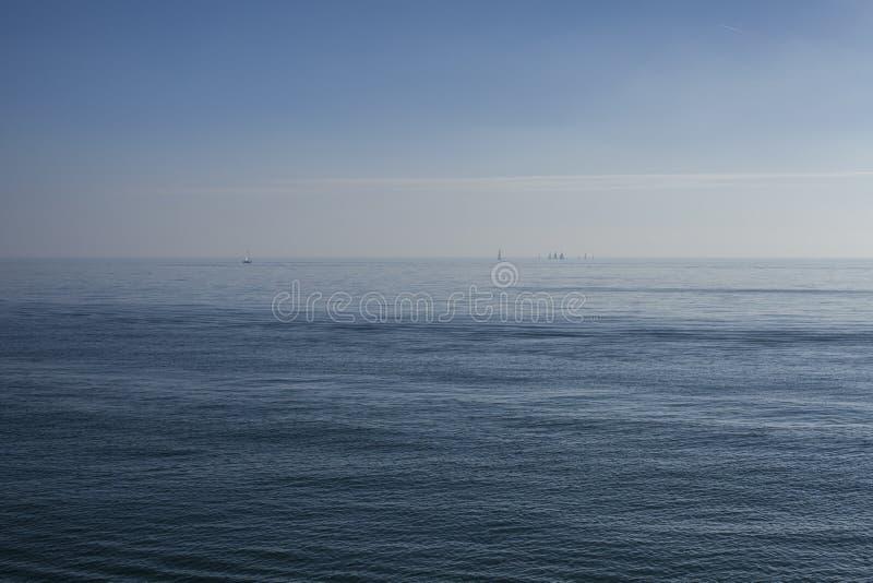 Eastbourne, East Sussex, Engeland - een overzees van blauw royalty-vrije stock afbeelding