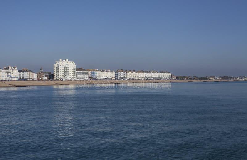 Eastbourne, East Sussex, Engeland - witte gebouwen bij de strandboulevard royalty-vrije stock afbeelding