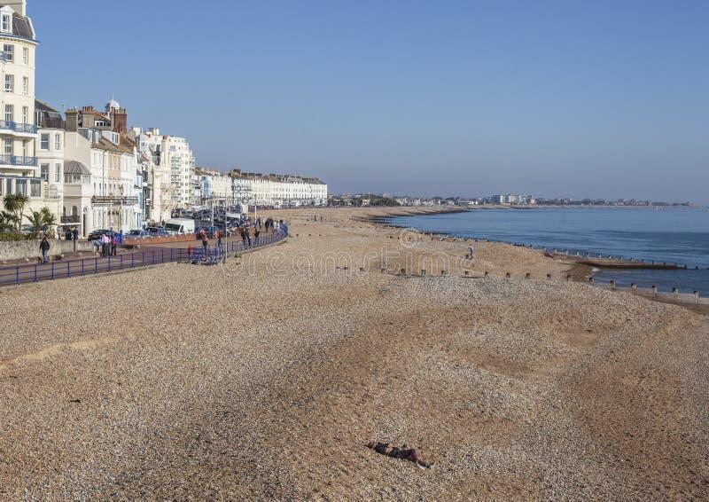 Eastbourne East Sussex, England - sjösidan, de vita hotellen, de blåa himlarna och vattnet arkivfoto
