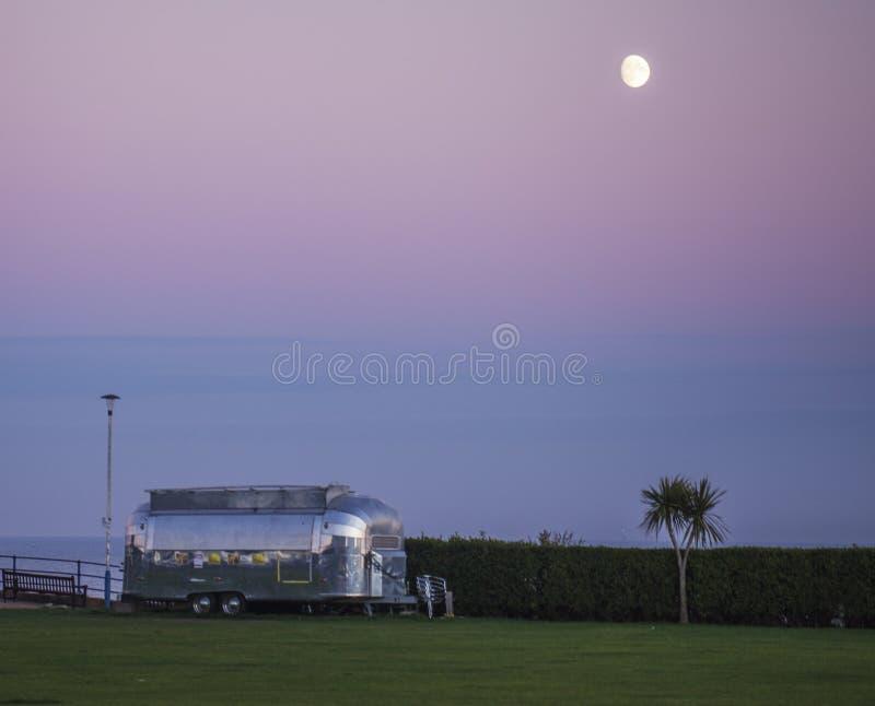 Eastbourne, East Sussex - futurystyczni karawanowi i różowi nieba zdjęcia stock