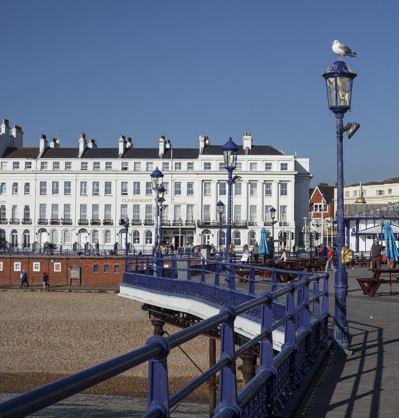 Eastbourne, East Sussex, Inglaterra - el embarcadero y los hoteles blancos imagenes de archivo