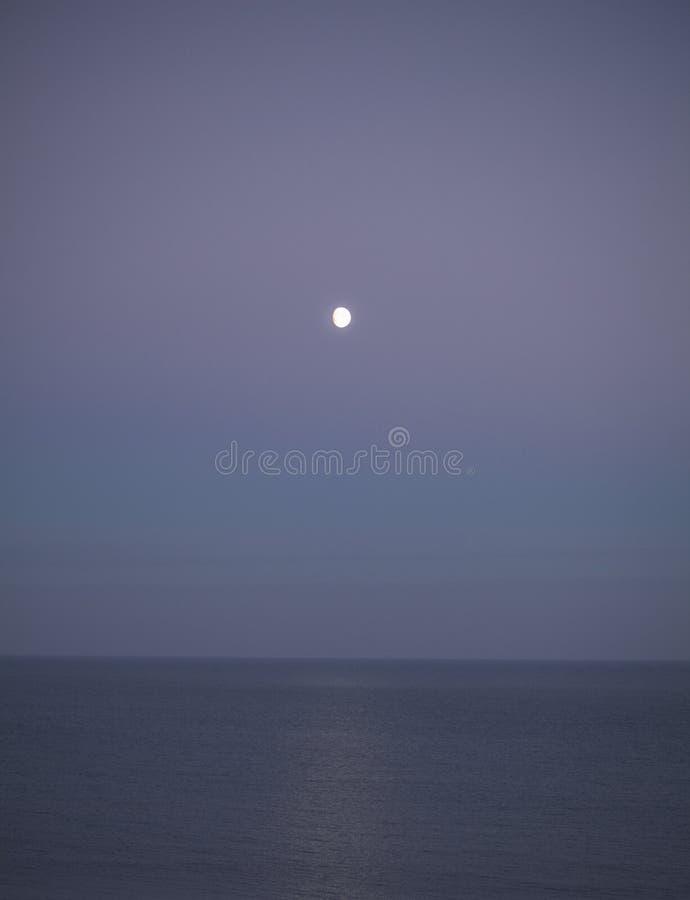 Eastbourne, East Sussex - purpur nieba i księżyc fotografia royalty free