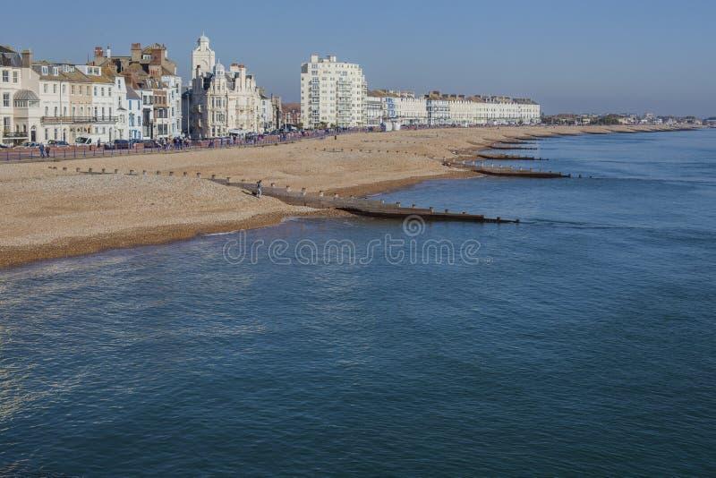 Eastbourne England - ljus solig dag på stranden royaltyfri bild