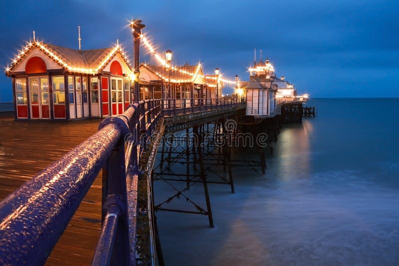 Eastbourne pir på skymning arkivbilder