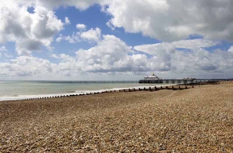 Eastbourne-Strand und -pier im Sommer-Sonnenschein lizenzfreie stockfotos
