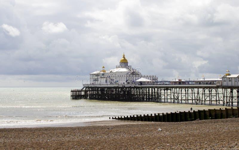 Eastbourne-Strand und -pier im Sommer-Sonnenschein lizenzfreies stockbild