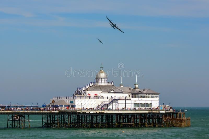 EASTBOURNE, SUSSEX/UK EST - 11 AOÛT : Avro Lancaster et broche photos libres de droits