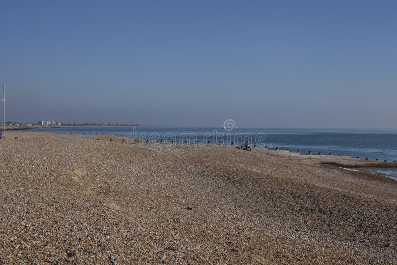 Eastbourne, Wschodni otoczaki na niebieskich niebach i plaży Sussex zdjęcie royalty free