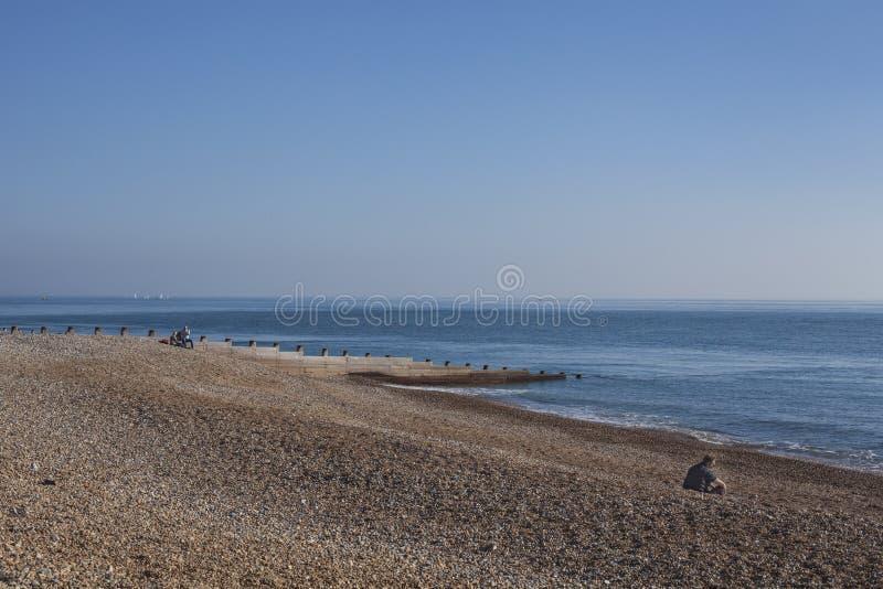 Eastbourne, Wschodni otoczaki na niebieskich niebach i plaży Sussex; słoneczny dzień w Październiku obraz stock