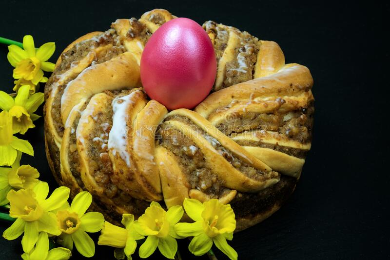 Easter baking. Easter wreath.A wreath with an easter egg in the middle and narcissi daffodil royalty free stock photo