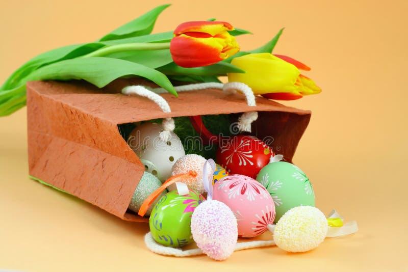 Easter e ornamento e tulips decorativos imagem de stock