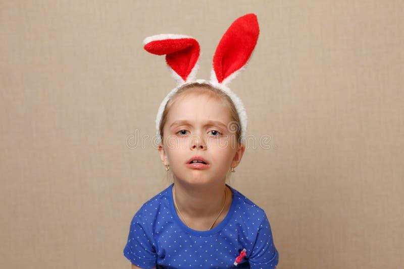 Easter feliz Menina da criança com orelhas do coelho imagem de stock