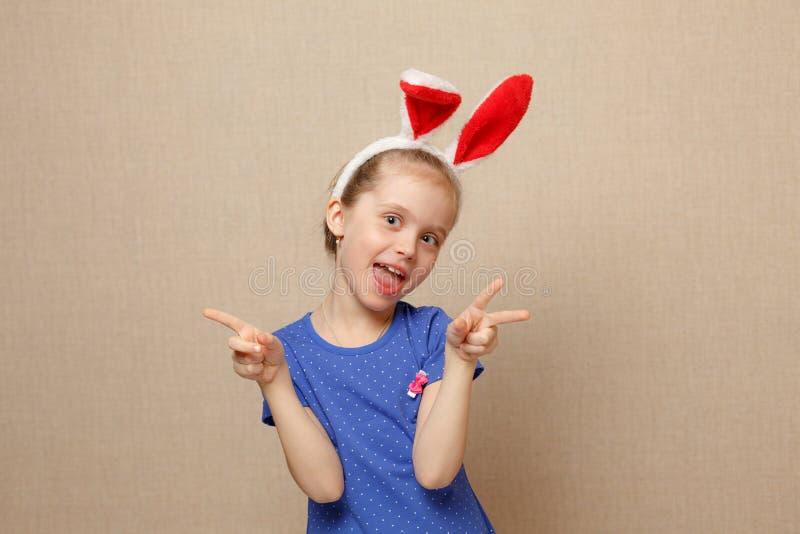Easter feliz Menina da criança com orelhas do coelho fotos de stock royalty free