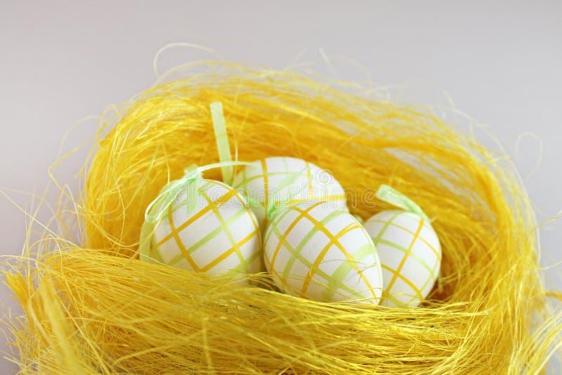 easter jajek gniazdowy kolor żółty obraz royalty free