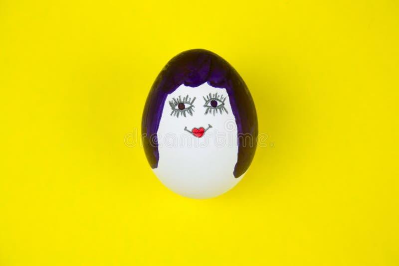 easter jajko malujący w kobiety śmiesznej twarzy zdjęcie stock