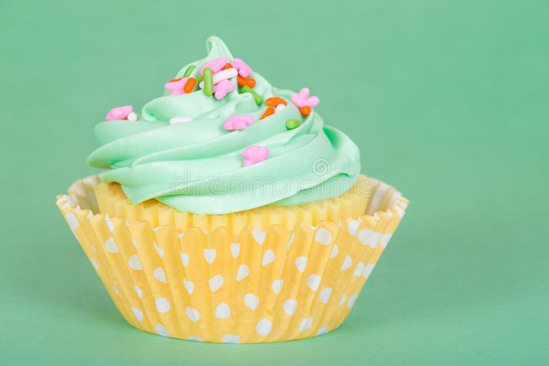 Easter spring cupcake on green background stock photography