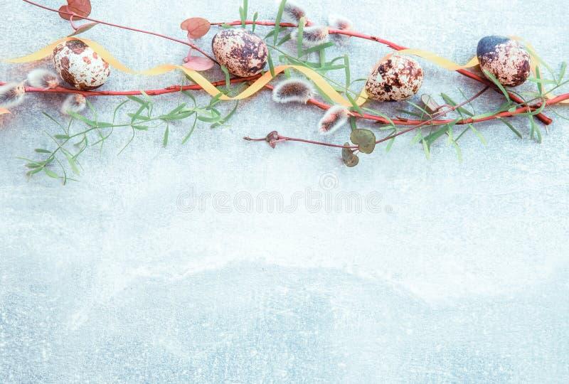 easter tło z Easter wiosną i jajkami kwitnie Odgórny widok z kopii przestrzenią fotografia stock