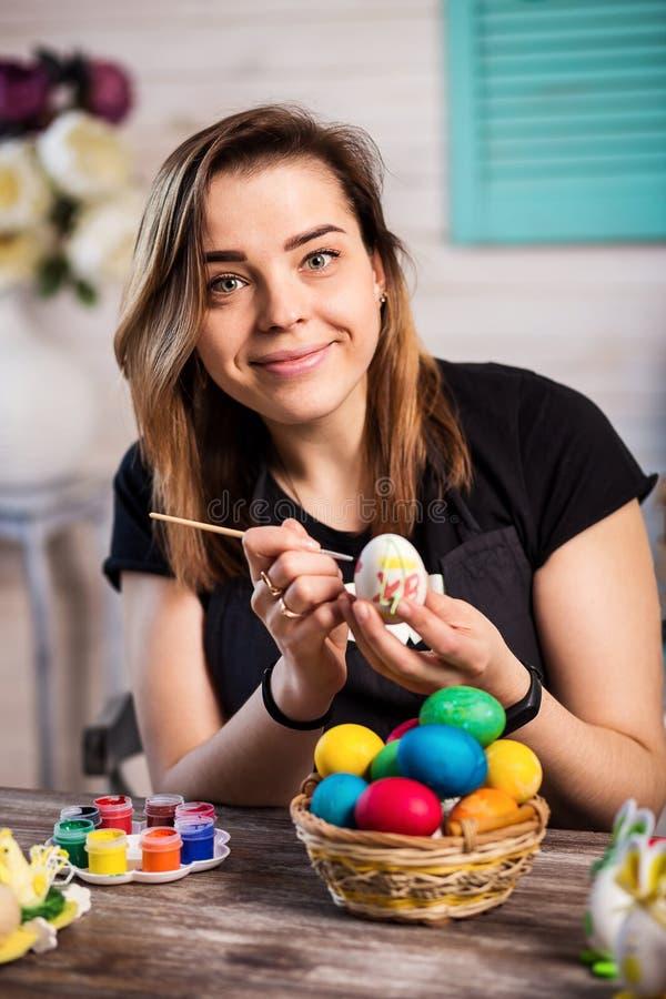 eastertime的着色鸡蛋在家 复活节快乐!母亲, gir 库存照片