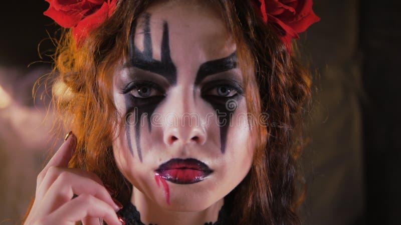 Easy Halloween Makeup Das Mädchen mit dem Bild auf dem Gesicht stockfoto