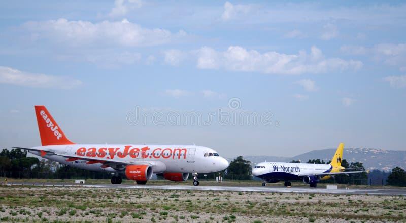 Easyjet и монарх стоковые фото
