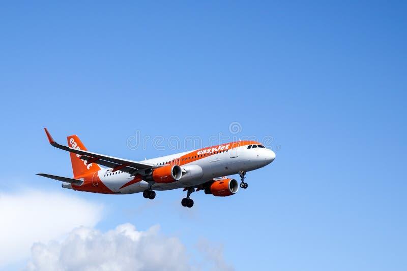 Easyjet, airbus A320 - 214 στον αέρα στοκ εικόνες