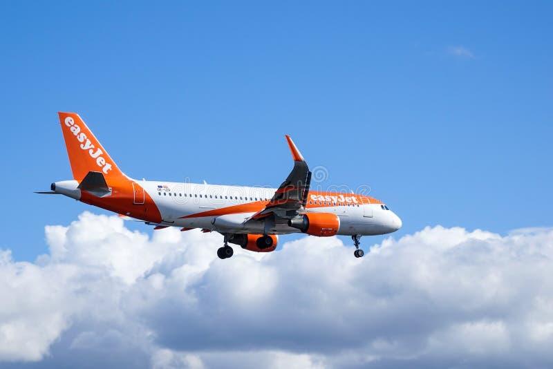 Easyjet, airbus A320 - 214 στον αέρα στοκ εικόνα με δικαίωμα ελεύθερης χρήσης