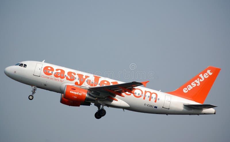 EasyJet Airbus 319 descola foto de stock royalty free