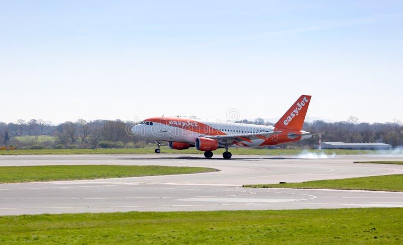 Easyjet Airbus che atterra all'aeroporto di Manchester fotografie stock libere da diritti