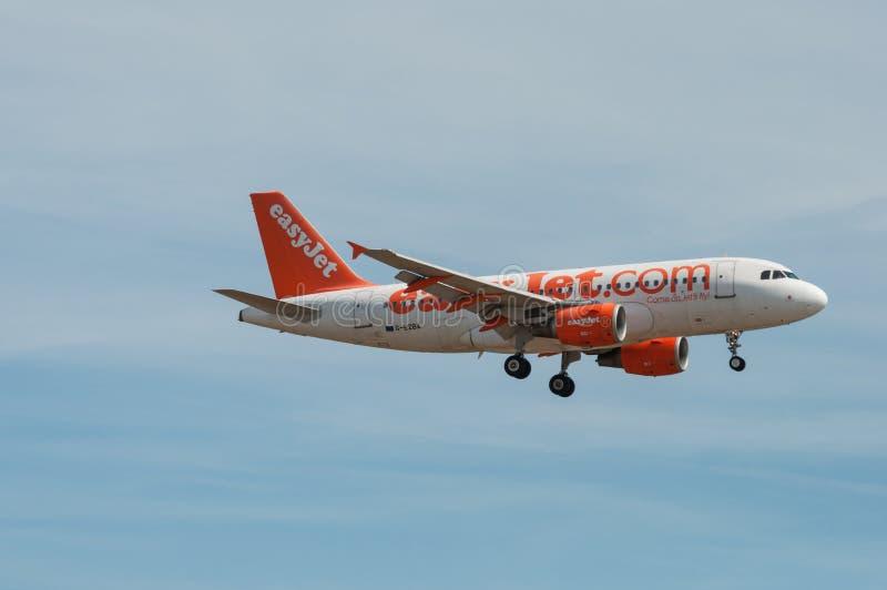 Easyjet Airbus A319 dans le ciel photographie stock libre de droits