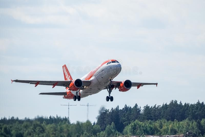 Easyjet, Airbus A319 - 111 decola imagem de stock