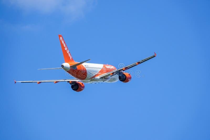 Easyjet, Airbus A319 - 111 entfernen sich in den weißen Wolken und im blauen Himmel lizenzfreies stockfoto