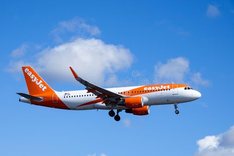 Easyjet, Airbus A320 - 214 fliegend lizenzfreies stockbild