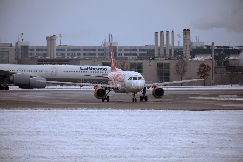 EasyJet Airbus A319 OE-LKN faisant le taxi dans l'aéroport de Munich, MUC, neige photos stock
