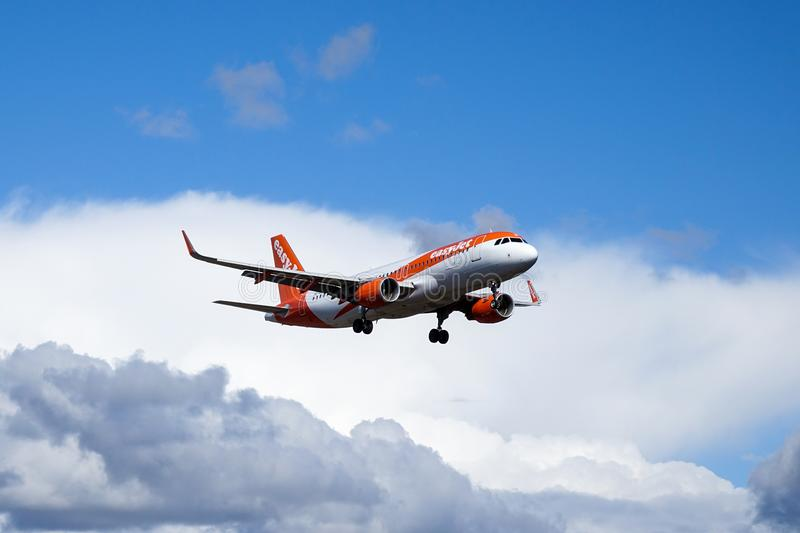 Easyjet, Airbus A320 - 214 volant photo stock