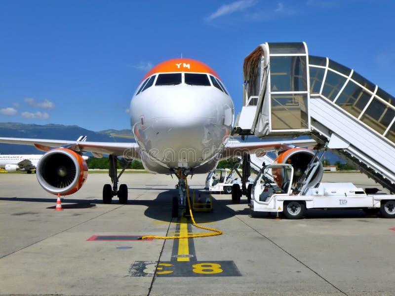 Easyjet Aircraft on the runway of Geneva Airport, Szwajcaria fotografia royalty free