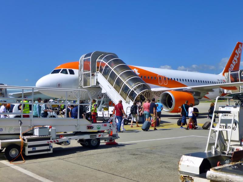Easyjet Aircraft on the runway of Geneva Airport, Szwajcaria zdjęcia royalty free