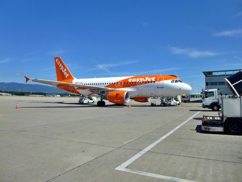 Easyjet Aircraft on the runway of Geneva Airport, Szwajcaria zdjęcie stock