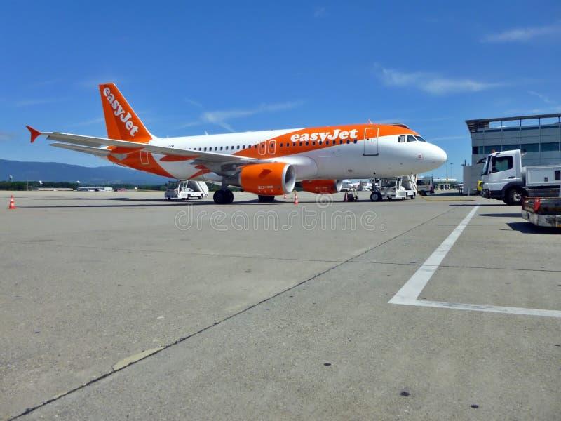 Easyjet Aircraft on the runway of Geneva Airport, Szwajcaria obraz royalty free