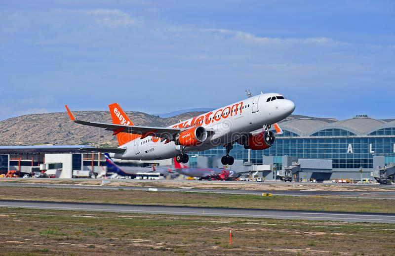Easyjet Alicante flygplats royaltyfria foton