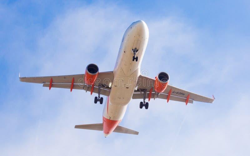 Easyjet-Flächen-Landung lizenzfreie stockfotografie