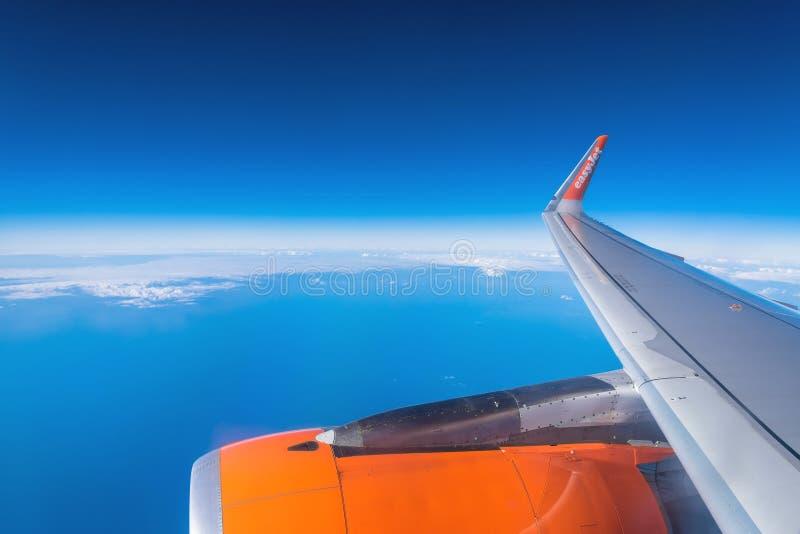 EasyJet-Flugzeug ` s Flügel und Vogelperspektive von Atlantik stockbild