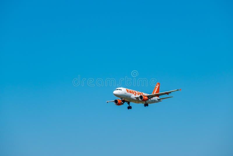 EasyJet flygbolagflygplan som förbereder sig för att landa royaltyfri foto