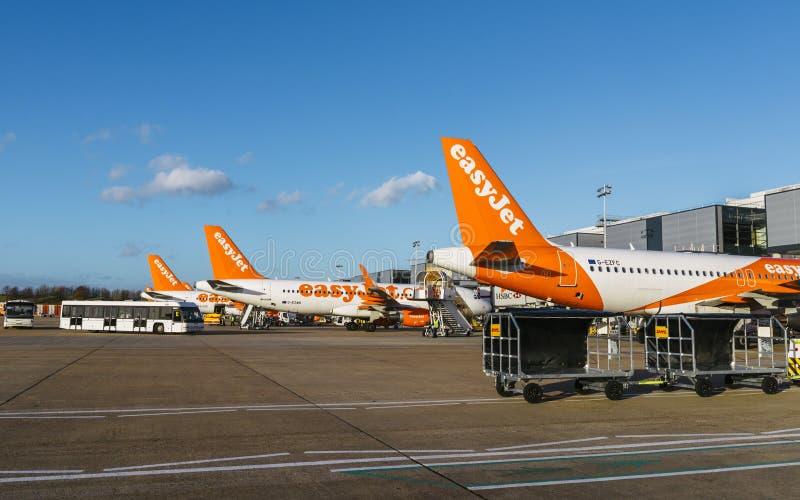 Easyjet flygplan på flygplatsen för London ` s Gatwick - SouthTerminal royaltyfri bild
