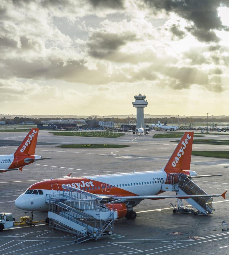 Easyjet flygplan på flygplatsen för London ` s Gatwick - SouthTerminal arkivfoton
