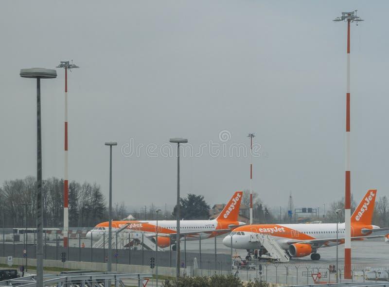 EasyJet flygplan på grov asfaltbeläggning på Venedig ` s Marco Polo International Airport arkivbilder