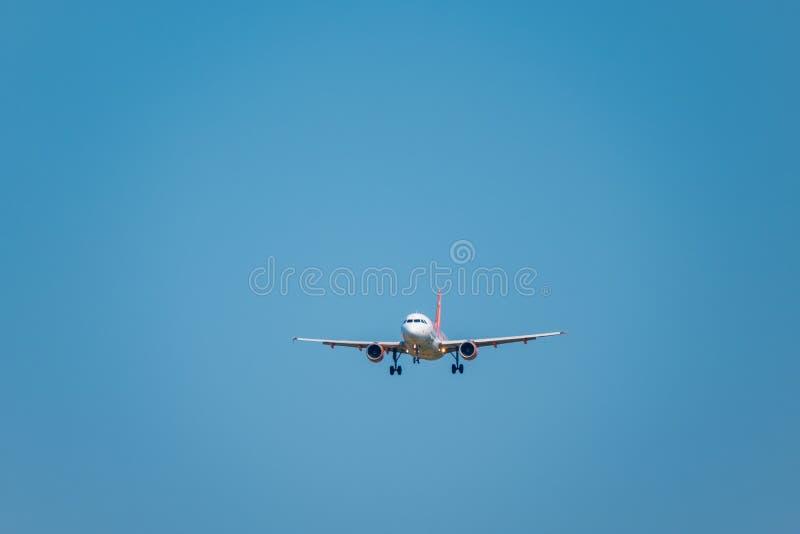 Easyjet lowcost flygbolagflygplan som förbereder sig för att landa på dagtid i internationell flygplats arkivfoton