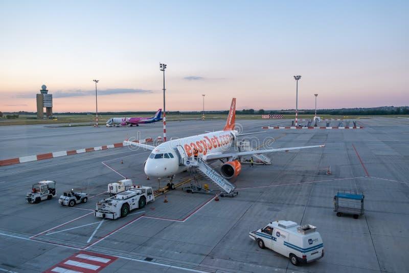 EasyJet-passagiersvliegtuig bij de luchthaven van Peking stock foto's