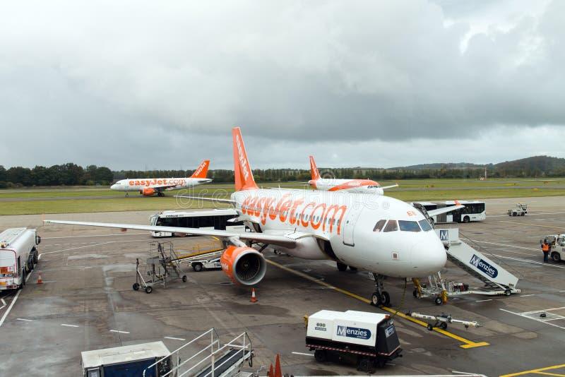 EasyJet-vliegtuig bij de luchthaven van Edinburgh, Schotland royalty-vrije stock foto's